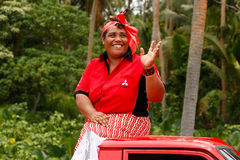 Tongaische Frau feiert Ankunft von Fuifui Moimoi auf Vavau-Insel in der Tonne Stockfoto
