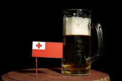 Tongan flaga z piwnym kubkiem na czerni Obrazy Royalty Free