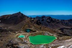 Tongariro与鲜绿色湖,新西兰的山顶视图 免版税库存照片