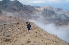 Tongariro横穿的两个远足者 库存照片