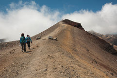 Tongariro横穿的远足者 免版税库存图片