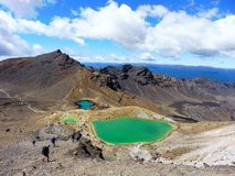 Tongariro die van Nieuw Zeeland het nationale blauwe meer van de parkvulkaan, smaragdgroene meren kruisen stock foto's