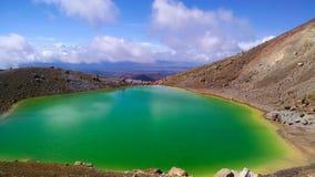 Tongariro gräsplan sjö nära monteringsöde fotografering för bildbyråer