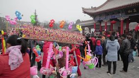 Tongchuan 26 China-Februari 2012: menigte bij God van Geneesmiddelen Tempelmarkt tijdens Chinees de lentefestival, stock video