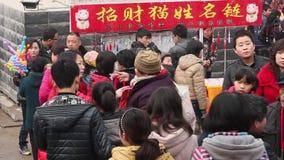 TONGCHUAN CINA 26 febbraio 2012: Folla a Dio della fiera del tempio delle medicine durante il festival di molla cinese, video d archivio