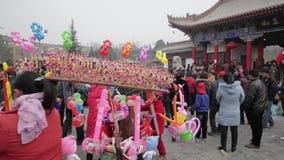 TONGCHUAN Kina-Februari 26 2012: Folkmassa p? guden av medicintempelm?ssan under kinesisk v?rfestival, stock video