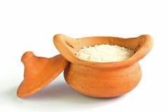 Tongefäß für das Spannen mit Reis Stockbilder