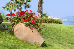 Tongefäß mit blühenden Blumen der Pelargonie auf einem Seehintergrund Lizenzfreies Stockbild