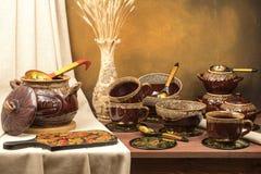 Tongefäß mit Schalen, Bechern und Vase mit den Ohren Stockfotos