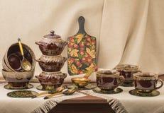 Tongefäße mit Schalen und Brettern auf dem Tisch Stockfotos