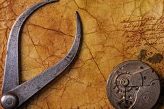 Tongs antigos com engrenagens fotografia de stock