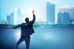 Tonięcie biznesmen w niewypłacalności i bankructwa pojęciu Zdjęcie Stock