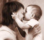Toni di seppia del bambino e della madre Fotografie Stock