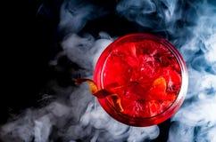 Tonici del gin del cocktail con ghiaccio e fumo fotografia stock