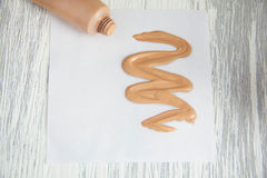 Tonifique a amostra cosmética de creme do tubo de fundação líquida Fotografia de Stock