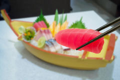 Tonijn in eetstokjes met Japanse sashimireeks royalty-vrije stock fotografie