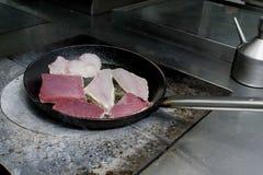 Tonijn en doradovissen op pan worden gebraden die Stock Afbeeldingen