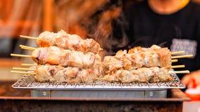 Tonijnvlees met stok met rook, Japans straatvoedsel wordt geroosterd dat stock afbeelding