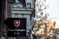 Tonino Lamborghini Caffe logo zaświecał na cukiernianym barze Belgrade, podczas wieczór Lamborghin jest jeden duzi kawowi produce fotografia royalty free