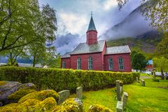 Tonjum, Норвегия - 14-ое мая 2017: Красная церковь деревни Tonjum, ни стоковое фото rf
