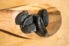 Tonka-Bohnen auf olivgrünem hölzernem Löffel Stockfotos