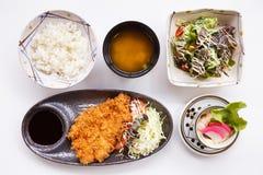Tonkatsu集合服务用日语蒸的米、大酱汤、沙拉、日本蒸汽鸡蛋和Tonkatsu 库存照片