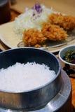 Tonkatsu de porc et des légumes avec du riz est un aliment japonais délicieux célèbre Photo stock