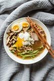 Tonkotsu拉面用什塔克菇和猪肉 免版税库存图片