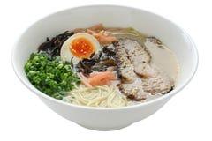 Tonkotsu (caldo del hueso del cerdo) ramen los tallarines, japoneses Fotos de archivo