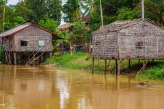 Tonle树汁湖的,柬埔寨典型的议院 库存图片