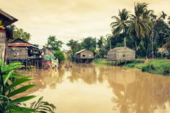 Tonle树汁湖的,柬埔寨典型的议院 免版税库存照片