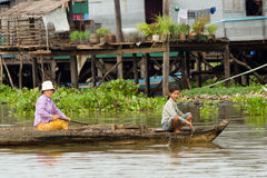 Tonle Saft-Dorfbewohner auf einem Boot Stockfotos