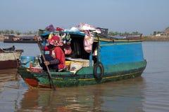 Tonle underminerar sjön, kvinnan som säljer mat från fartyget längs strand royaltyfri foto