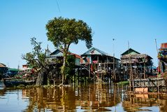 Tonle underminerar sväva byn Cambodja royaltyfri foto