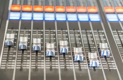 Tonmeistersteuerung mit undeutlichem Hintergrund Lizenzfreie Stockbilder