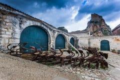 Tonnara på Scopello med forntida ankaren, Sicilien, Italien Arkivfoto
