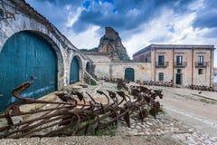 Tonnara på Scopello med forntida ankaren, Sicilien, Italien Royaltyfri Bild