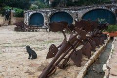Tonnara på Scopello med forntida ankaren, Sicilien, Italien Royaltyfri Foto