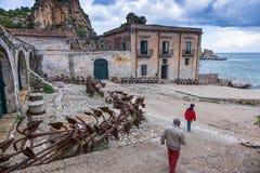 Tonnara przy Scopello z antycznymi kotwicami, Sicily, Włochy Fotografia Royalty Free
