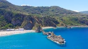 Tonnarastrand och Scoglio Ulivo, Calabria från luften Royaltyfri Foto