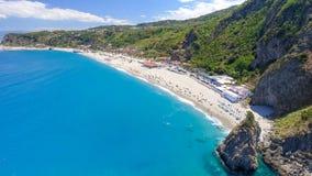 Tonnarastrand och Scoglio Ulivo, Calabria från luften Arkivfoto