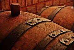 Tonneau dans le celler de vin Image libre de droits