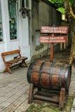 Tonneau de vin dans la rue du del Sacramento, Uruguay de Colonia Image stock
