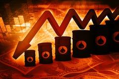 Tonneaux à huile avec le graphique en baisse de prix du pétrole Images libres de droits