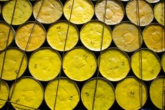 Tonneaux à huile empilés vers le haut images libres de droits