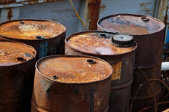 Tonneaux à huile rouillés Images stock