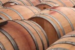Tonneaux de chêne pour le vin de vieillissement Images libres de droits