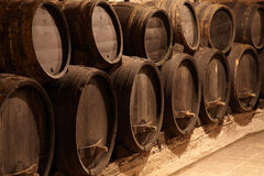 Tonneaux de vin dans la cave d'établissement vinicole Images stock