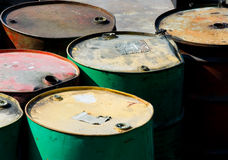 Tonneaux à huile rouillés Photographie stock