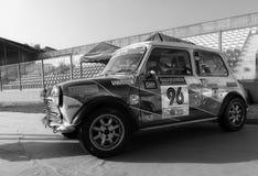 TONNELIER 1973 de MORRIS MINI dans le vieux rassemblement de voiture de course LA LÉGENDE 2017 Photos stock